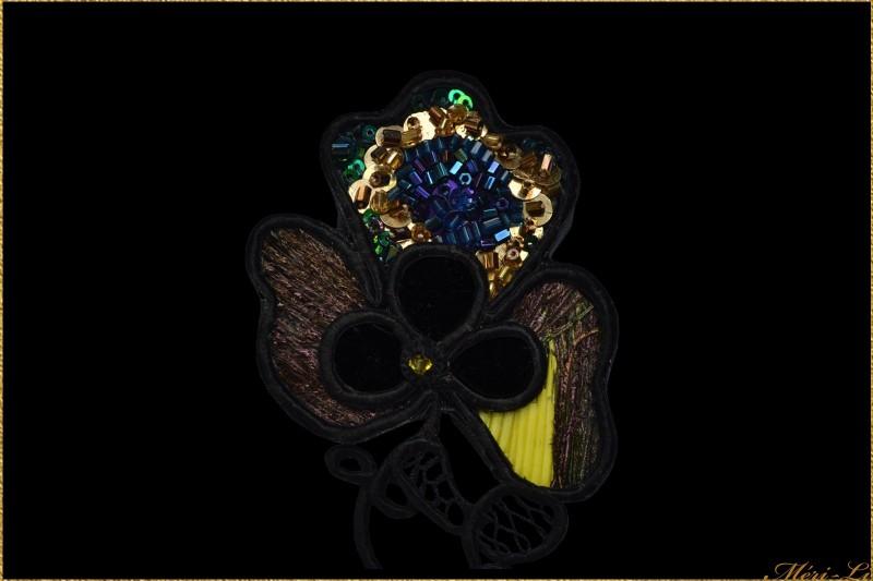 broche en plume de paon et dentelle XIX cuir coton argent